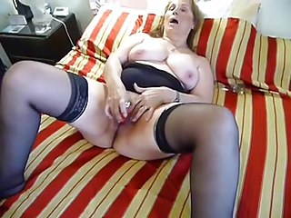 older chunky dildoing on bed