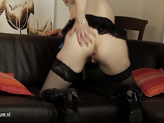 european mature mama playing with her sex-toy on
